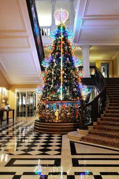 Das Designerduo Domenico Dolce und Stefano Gabbana hat für das Claridge's Hotel in London einen Weihnachtsbaum dekoriert. Eine Huldigung an italienisches Kunsthandwerk und das Kind im Erwachsenen.