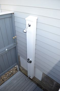outdoor shower- set up Outdoor Pool Shower, Outdoor Baths, Outdoor Bathrooms, Small Woodworking Projects, Beach Shower, Shower Set, Outside Showers, Outdoor Glider, Adirondack Furniture