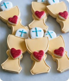 first communion cookies :: tutorial and links to recipes and supplies you'll… First Communion Favors, First Holy Communion, First Communion Banner, Cupcake Cookies, Sugar Cookies, Cupcakes, Yummy Cookies, Confirmation Cakes, Delicious Cake Recipes