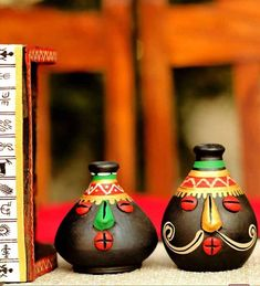 awesome Attractive, appealing and cute, this set of salt and pepper shakers from the bra. Indian Crafts, Indian Home Decor, Indian Art, Bottle Painting, Bottle Art, Bottle Crafts, Vase Crafts, Clay Crafts, Art N Craft