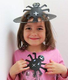 Co takhle čarodějnický klobouček s pavoučkem z dortového talíře ? :-) Potřebujete: papírový dortový talíř, akrylové barvičky, nalepovací očička, nůžky Postup: přehněte dortový talíř napůl, nakreslete si na něj obrys půlku pavoučka, vystřihněte (pozor, ať si jej ... Halloween, Carnavals, Spooky Halloween
