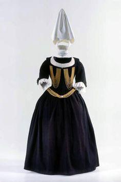 Dress (women). Zurich Women dress for church attendance, so-called. 'God dress'. 1600 - 1700. Provenance: Family Edlibach, Zurich