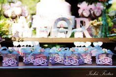blog-de-casamento-festa-decoração-romântica-mesa-do-bolo-lembrancinhas