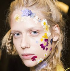 We're diving head first into spring today with Associate Beauty Editor @emmagracebailey7 – with a bounty of hair and make-up inspiration. First up let's jump back to the SS17 catwalks and the beautiful pressed flowers as seen at @preenbythorntonbregazzi   #editortakeover #beauty #makeup #catwalks #wgsn