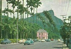 Rua Jardim Botânico, década de 1960. Naquela tempo, podia-se estacionar na calçada diante do Jardim Botânico. Foi nessa época, num passeio com  meus pais, que cortei o joelho numa pedra, indo parar no hospital Miguel Couto, na Gávea.