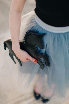 ''As bags divertidas ganharam o coração das fashionistas após marcas como Charlotte Olympia, Chanel e Moschino criarem peças cada vez mais ousadas e engraçadinhas. O mood fun tira qualquer look do óbvio em qualquer estação, principalmente no inverno, estação que as cores sóbrias e neutras dominam.''