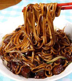 Korean dishes to taste absolutely - Korean cuisine: jjajangmyeon, noodles in a red bean sauce - Vegan Vegetarian, Vegetarian Recipes, Cooking Recipes, Healthy Recipes, Vegan Korean Food, South Korean Food, Vegetarian Asian Recipes, Healthy Korean Recipes, Korean Street Food