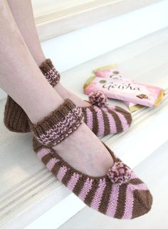 Free pattern, also available in English and many more languages! Knitting Socks, Free Knitting, Knitting Patterns, Knitted Slippers, Slipper Socks, Mitten Gloves, Mittens, Crochet Fashion, Head Wraps