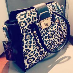 Kardashian Kollection Bag♥♥ I would use as a diaper bag Stylish Handbags, Purses And Handbags, Fab Bag, Kardashian Kollection, Cute Purses, Cute Bags, Clutch Wallet, Louis Vuitton Speedy Bag, Handbag Accessories