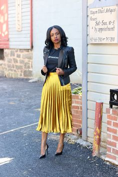 🖤 How to choose your pleated midi skirt? Tips and ideas on outfits stylee. pleated midi skirt + leather jacket + black t-shirt # jupemidiplissée Yellow Skirt Outfits, Pleated Skirt Outfit, Dressy Outfits, Mode Outfits, Chic Outfits, Fashion Outfits, Womens Fashion, Pleated Skirts, Metallic Skirt Outfit