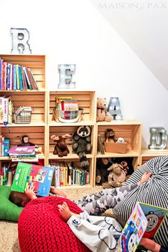 Adorable reading and play room for kids: create a darling nook anywhere in your house with books, maps, pillows, poufs, and Cool Bookshelves, Kids Bookcase, Bookshelf Design, Bookshelf Ideas, Home Decor Bedroom, Diy Home Decor, Teen Bedroom, Bedroom Furniture, Furniture Design
