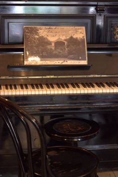 Old and still beautiful piano! E Piano, Piano Bench, Piano Man, Piano Music, Sound Of Music, I Love Music, Music Is Life, Nostalgia, Old Pianos