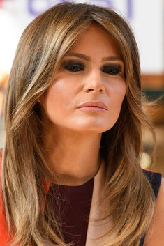 Melania Trump Smoky Eyes - Melania Trump went for a super smoky eye when she visited the Chelsea Pensioners in London. Melania Trump Hair Color, First Lady Melania Trump, Trump Melania, Layered Cuts, Layered Hair, Melania Knauss Trump, Trump Photo, Malania Trump, Trump Is My President