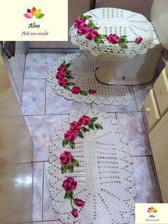 Confeccionado em barbante com flores aplicadas. Cores podem variar de acordo com gosto do cliente. <br>Dimensões: <br>Tapete pia: 78cm x 50cm <br>Tapete vaso:60cm x 52cm <br>Tampa vaso:60cm x 48cm <br> <br>*O tamanho pode ter pequenas variações.