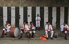 Un'orchestra per i matrimoni a New Delhi, in India. (Kevin Frayer, Ap/Lapresse) https://twitter.com/NeilVenketramen