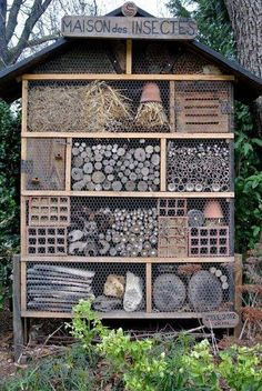 I love this huge native solitary bee hotel/ Maison des Insectes/ Casa de Insectos Bug Hotel, Mason Bees, Bee House, Garden Insects, Beneficial Insects, Garden Projects, Bird Houses, Garden Inspiration, Garden Art