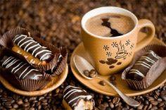 Чашка с горячим кофе и эклеры на блюдце среди кофейных зерен