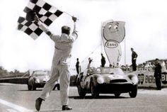 """1962 - La Ferrari 330 LM TR1 n°6 di Olivier Gendebien (B) e Phil Hill (USA) vince la 30ª Edizione della """"24 Ore di Le Mans"""" alla media di 185,469 Km orari (4451 giri) - Foto alla Esses du Tertre Rouge"""