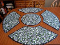Quilting : Blue Berries Round Place Matsplace m Kitchen Placemats, Placemats For Round Table, Quilted Table Runners, Quilted Placemat Patterns, Quilt Placemats, Mantel Redondo, Place Mats Quilted, Quilted Table Toppers, Table Runner Pattern