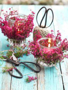Windlichter, Sträuße oder Arrangements aus Hagebutten, Heidekraut, Cyclamen und Beeren: so leicht lässt es sich im Herbst auf dem Balkon dekorieren.