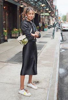 Skirt sneakers Hoodie + Satin Slip Midi Skirt + Sneakers Moletom com capuz + saia midi de cetim e tênis Slip Dress Outfit, Midi Skirt Outfit, Winter Dress Outfits, Skirt Outfits, Dress Skirt, Midi Skirt Casual, Satin Midi Skirt, Silk Dress, Prom Dress
