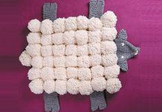 Un mouton tapis Un tapis mouton tout doux à placer dans la chambre de bébé ! Vous vous amuserez à le réaliser en pompons avecsa têteet ses pattes et tricotées. Une idée originale, pour un cadeau de naissance câlin et douillet.