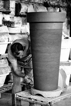 Artesão (oleiro) finaliza um vaso de barro.  Fotografia: efilpera no Flickr.