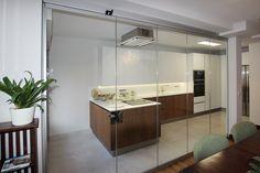 Separación con cortinas de cristal entre cocina y comedor