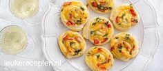 Makkelijke snack die er ook nog eens mooi uit ziet! Bladerdeeg opgerold met kaas, paprika en peterselie