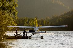 Stopped to set up the camp site, float plane style. Airplane Flying, Flying Boat, Bush Pilot, Bush Plane, Float Plane, Rando, Lake Life, Aircraft, Around The Worlds