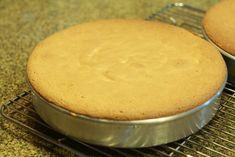 Torta de crema y duraznos Pudding, Desserts, Food, Easy Food Recipes, Pastries, Meals, Serving Plates, Sponge Cake, Round Cake Pans
