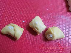 Αφράτες τυρομπουκιές, δε σταματάς αν αρχίσεις…. Υλικά: 3 φλιτζάνια αλεύρι 2 αυγά (ο ένας κρόκος για επάλειψη) 1 ½...