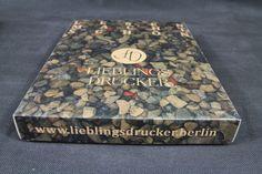 eine Transportverpackung Buch, diese könnt Ihr bei im Shop www.lieblingsdrucker.berlin ab einer Auflage 1 Expl. bestellen und dabei zwischen der weißen und brauen Seite wäheln.