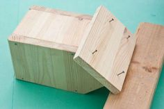 This diy step by step article is about how to build a bird house. Building bird houses out of wood is easy if you use the right decorative free plans and proper tools. Building Bird Houses, Bird Houses Diy, Diy Home Decor Projects, Diy Projects To Try, Bird House Plans Free, Bird Cages, Bird Feeders, Outdoor Decor, Crafts