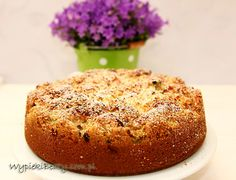 Ciasto rabarbarowe o delikatnym aromacie kokosowym i z chrupiącą warstwą wiórek kokosowych.