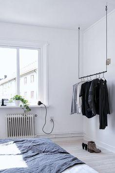 Si vous rêvez d'une chambre à l'ambiance épurée et minimaliste, cette penderie est faite pour vous ! C'est l'idée déco du samedi ! Une penderie suspendue S
