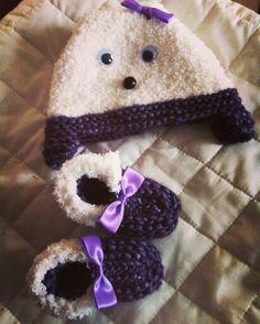 Ensemble petit bonnet avec chaussons au point mousse aiguille 6 pour la laine #phildarfrimas coloris 108 violine et aiguilles 5 pour la laine #phildarphildouce coloris 32 écru #tricot #tricotbebe #tricot3mois #phildar
