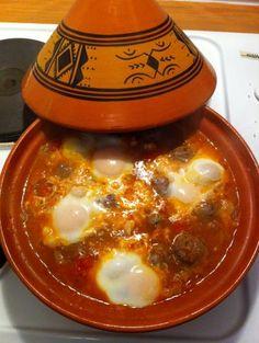 Moroccan cuisine: a recipe for meatballs Tagine with eggs Berber kefta. Tajin Recipes, Moroccan Meatballs, Tagine Cooking, Morrocan Food, Minced Meat Recipe, Tasty Meatballs, Turkey Meatballs, Algerian Recipes, Exotic Food