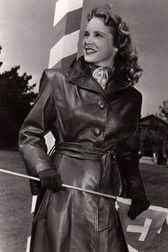 For the love of a woman in a leather coat Sadie Hawkins Dance, Janet Leigh, Long Leather Coat, Middle Aged Women, Cute Coats, Woman Movie, Fashion Story, Women's Fashion, Actor Photo