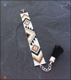Bracelet Manchette Tribal Noir Marron Or blanc et argenté par TDFTheDreamFactory, I love the tassel at the end Loom Bracelet Patterns, Seed Bead Patterns, Bead Loom Bracelets, Beading Patterns, Jewelry Patterns, Seed Bead Jewelry, Bead Jewellery, Beaded Jewelry, Seed Beads