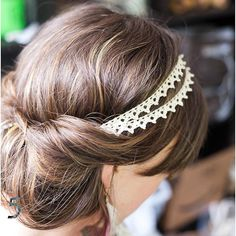 Not only do I love the simple beauty of this style, but the head band completes it. Very feminine :)