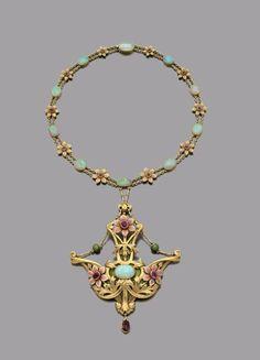 IMPORTANT ET BEAU COLLIER articulé en or 750 millièmes satiné composé d'un pendentif à décor feuillagé centré d'un cabochon d'opale en serti clos entouré de fleurs de géranium des bois émaillées, les