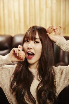 She has her egg friends now ! Kpop Girl Groups, Korean Girl Groups, Kpop Girls, Extended Play, Gfriend Yuju, K Pop Star, G Friend, Korean Celebrities, Skinny