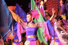 """See these women in Kuala Lumpar, Malaysia give new meaning to """"dancing kites!""""  #ridecolorfully"""