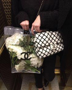 Transparent bag with flowers inside paired with a white chanel bag that has black quilting. Looks dramatic but oh so chiq. Chanel Handbags, Luxury Handbags, Chanel Bags, Lv Handbags, My Bags, Purses And Bags, Fashion Bags, Fashion Accessories, Fashion Fashion
