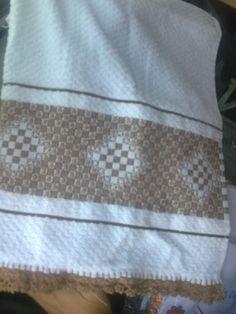 Pano de prato bordado em ponto-cruz e bico de crochê