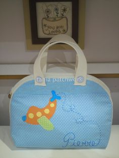 Bolsa Passeio do Bebê Avião Baby Diaper Bags, Baby Decor, Bedding Collections, Travel Bags, Diy And Crafts, Lunch Box, Projects To Try, Patches, Sewing