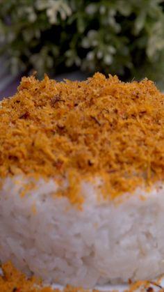 Ketan Serundeng adalah salah satu jajanan khas Indonesia yang terbuat dari beras ketan yang dikukus dengan santan lalu ditaburi dengan parutan kelapa berbumbu pedas atau serundeng. Breakfast Recipes, Snack Recipes, Dessert Recipes, Cooking Recipes, Snacks, Indonesian Desserts, Indonesian Food, Mie Goreng, Malay Food