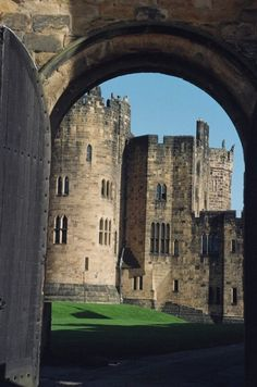 "(""Alnwick Castle, Northumberland, England"" by Jana deFaut) The outside scenes in the first Harry Potter movie and the old 1982 Ivanhoe with Anthony Andrews were filmed here, among many other films. English Castles, Scottish Castles, Castle Ruins, Medieval Castle, Places To Travel, Places To Visit, Alnwick Castle, Fantasy Castle, England And Scotland"