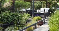 """Lang, schmal und nicht sehr groß – wie aus einem typischen """"Handtuchgarten"""" ein Schmuckstück wird, zeigen unsere drei Gestaltungsbeispiele. Mögen Sie es modern, ländlich oder einfach blütenreich?"""